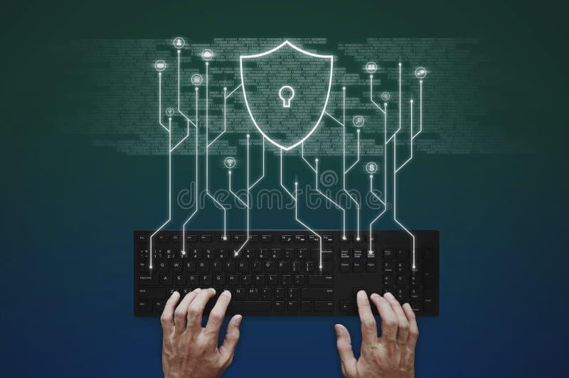 Internet, online-nätverk, social nätverkande och online-applikationsäkerhetssystem skrivande f?r datorhandtangentbord arkivfoto