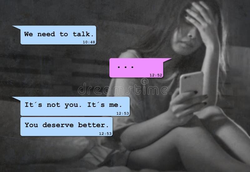 Internet-praatjesamenstelling met jonge vrouw wanhopig in bed die aan pijn lijden die door zijn vriend via het mobiele telefoon o royalty-vrije stock fotografie