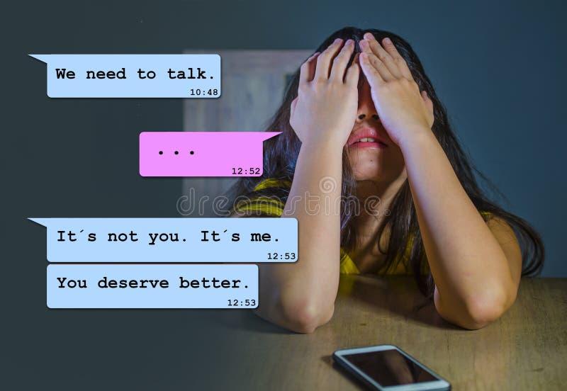 Internet-praatjesamenstelling met jonge vrouwen wanhopige lijdende die pijn door zijn vriend via mobiele telefoon wordt gedumpt d stock foto's