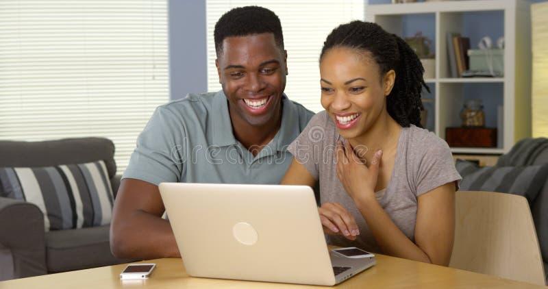 Internet preto novo da consultação dos pares no portátil junto foto de stock royalty free