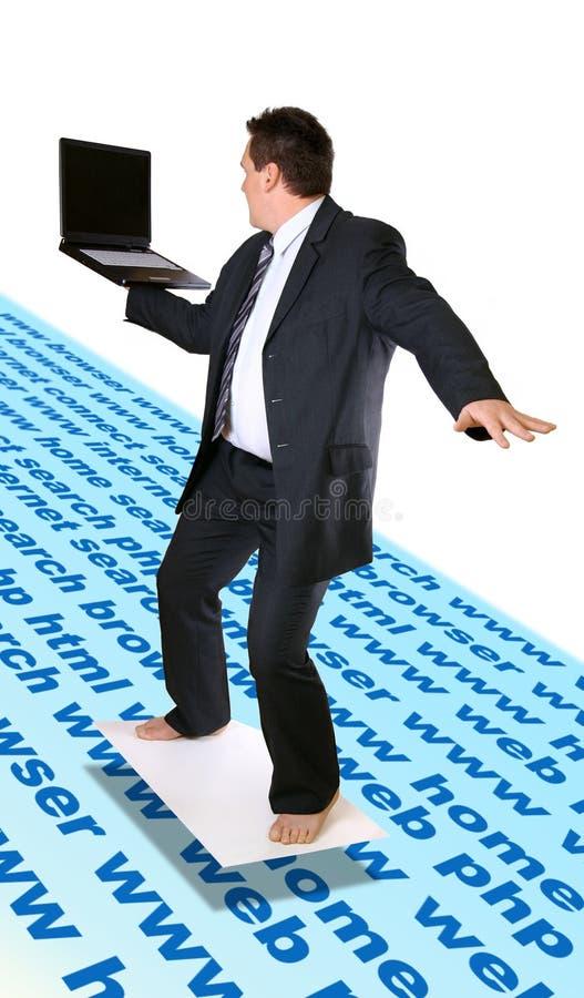 Internet que practica surf del hombre imagen de archivo