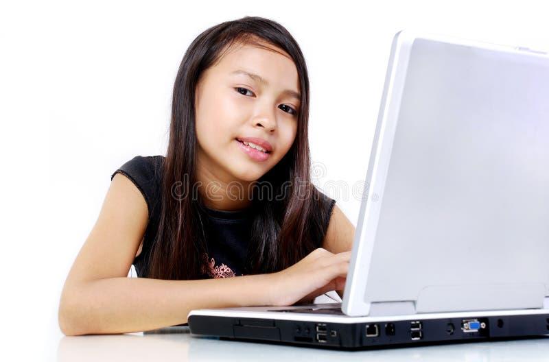 Internet que practica surf del niño fotografía de archivo