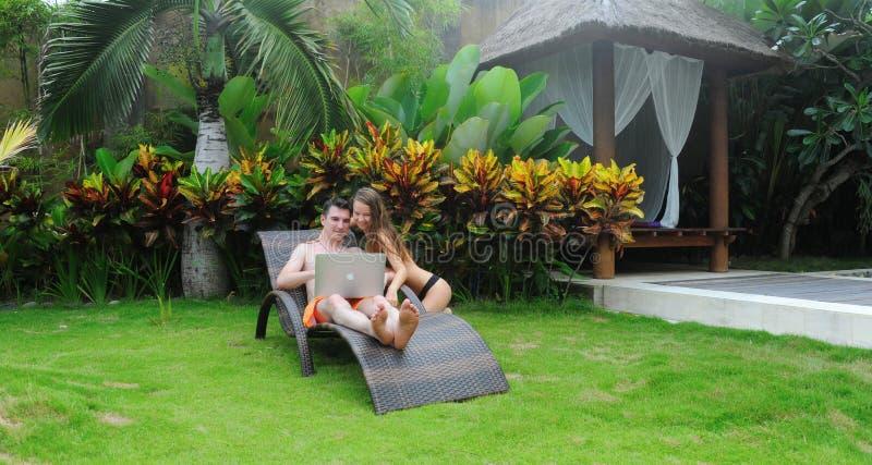 Internet que practica surf sonriente feliz de los pares fotografía de archivo libre de regalías