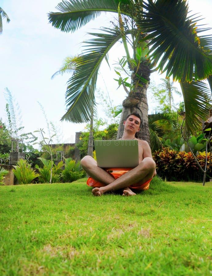 Internet que practica surf sonriente feliz del hombre fotografía de archivo