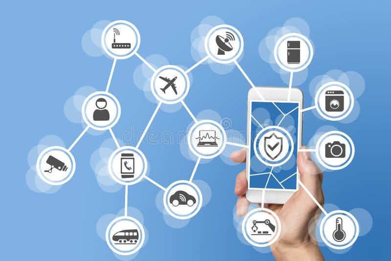 Internet rzeczy ochrony pojęcie ilustrujący ręką trzyma nowożytnego mądrze telefon z związanymi czujnikami w przedmiotach zdjęcia stock