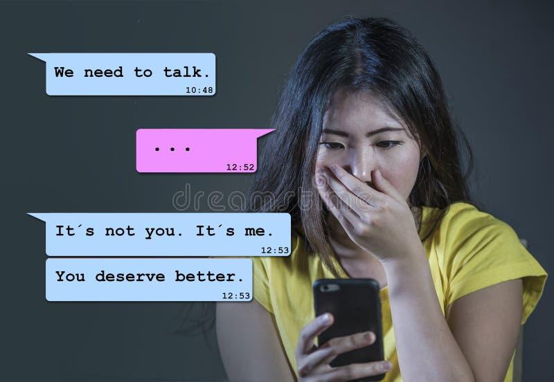 Internet-Schwätzchenzusammensetzung mit den hoffnungslosen leidenden Schmerz der jungen asiatischen koreanischen Frau entleert vo stockfoto