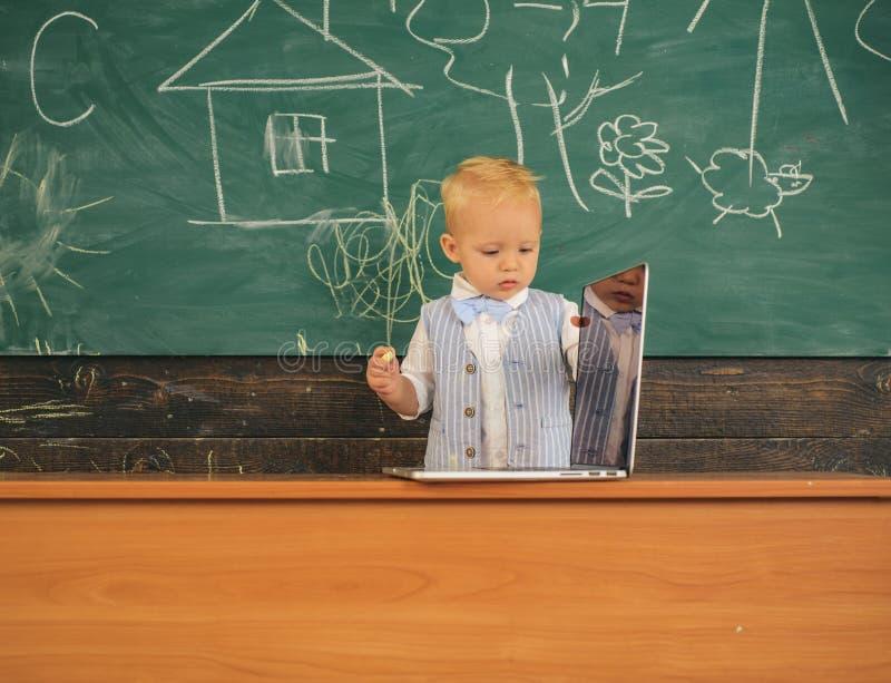 Internet sem fio do uso do bebê na classe do computador Habilidades de instrução digitais tornando-se com dispositivos da rede wi imagem de stock royalty free