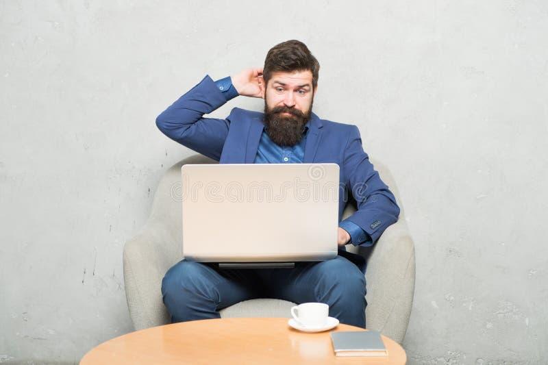 Internet surfant Achetez en ligne Chef de projet Correspondance d'affaires Homme d'affaires moderne Homme d'affaires Work Laptop  image libre de droits