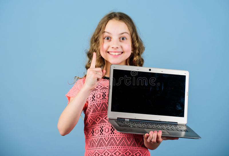 Internet surfant D?veloppez propre blog Blog personnel R?seaux et blog sociaux Concept de Blogging Petite fille d'enfant avec image stock