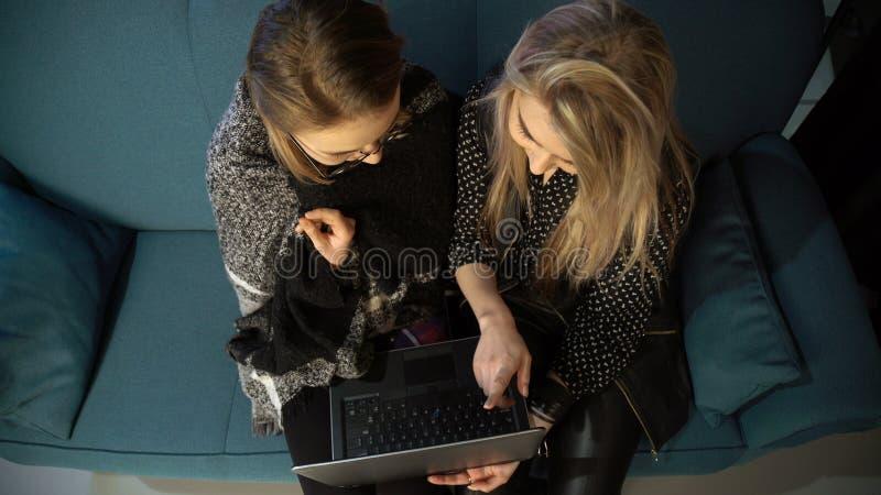 Internet-technologie sociale media verslavingslaptop royalty-vrije stock fotografie