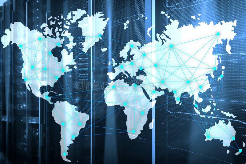 Internet und Telekommunikationskonzept mit Weltkarte auf Serverraumhintergrund lizenzfreie stockfotografie