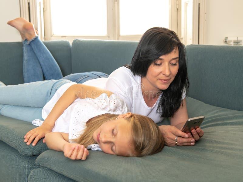 Internet uzależniał się mum używa jej mądrze telefon ignoruje jej smutnego osamotnionego dziecka obrazy royalty free