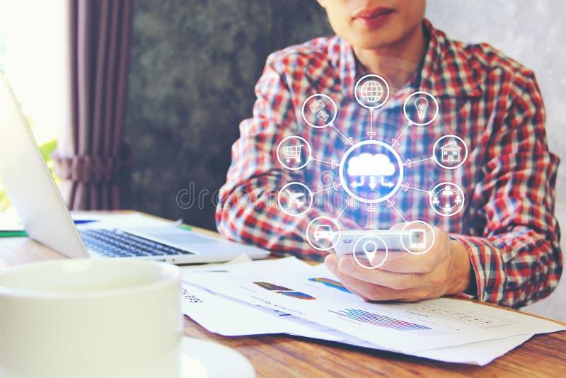 Internet van Dingen IoT die, Bedrijfsmens laptop computer met behulp van en royalty-vrije stock afbeelding