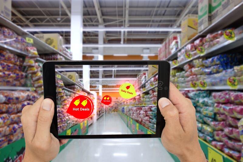 Internet von den Sachen, die Konzepte, intelligente vergrößerte Wirklichkeit, Kundengriff die Tablette vermarkten, um das Produkt stockfotos