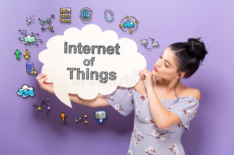 Internet von Sachen mit der Frau, die eine Spracheblase hält stockfoto