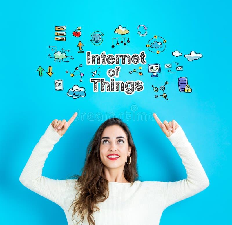 Internet von Sachen mit der jungen Frau, die aufwärts schaut stockfotos