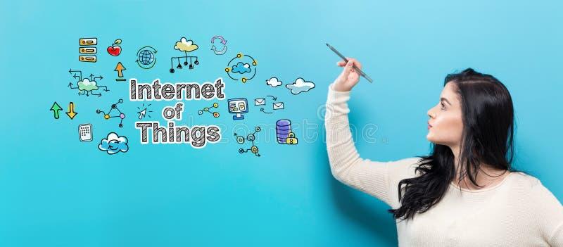 Internet von Sachen mit der jungen Frau, die einen Stift hält lizenzfreies stockbild