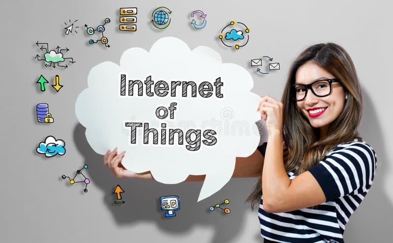 Internet von Sachen simsen mit der Frau, die eine Spracheblase hält stockfotos