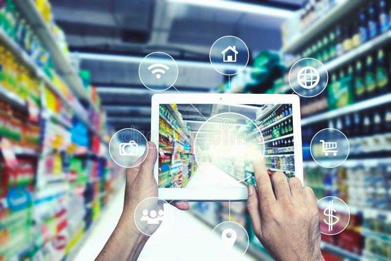 Internet y presente en línea del concepto de las compras a mano con el E-Comm imagen de archivo