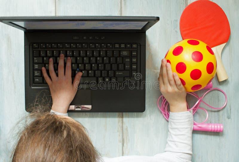Internetböjelse och datorbegrepp med ungen och bärbara datorn royaltyfria bilder