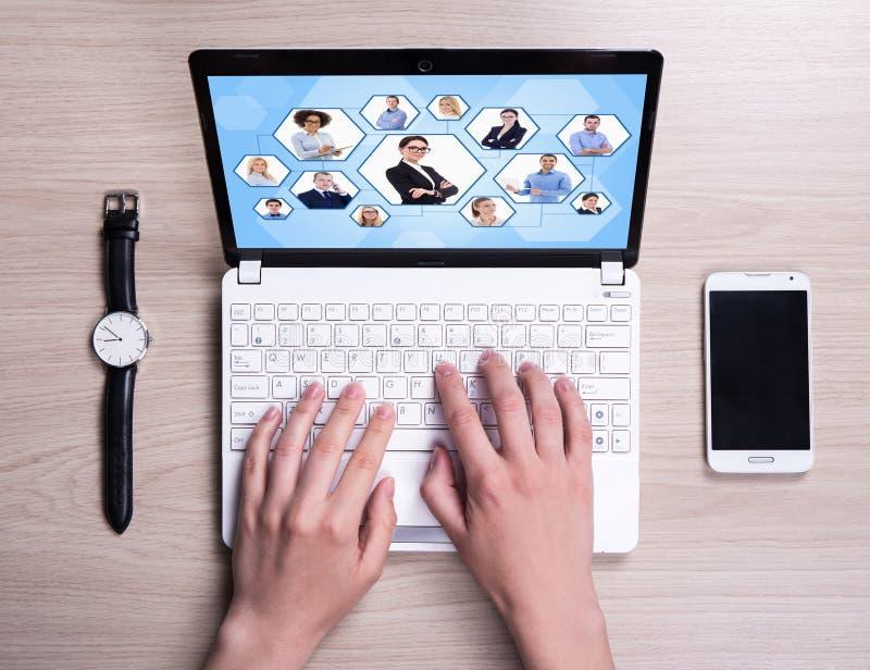 Internetbegrepp - den bästa sikten av kvinnlign räcker genom att använda bärbara datorn på royaltyfri fotografi