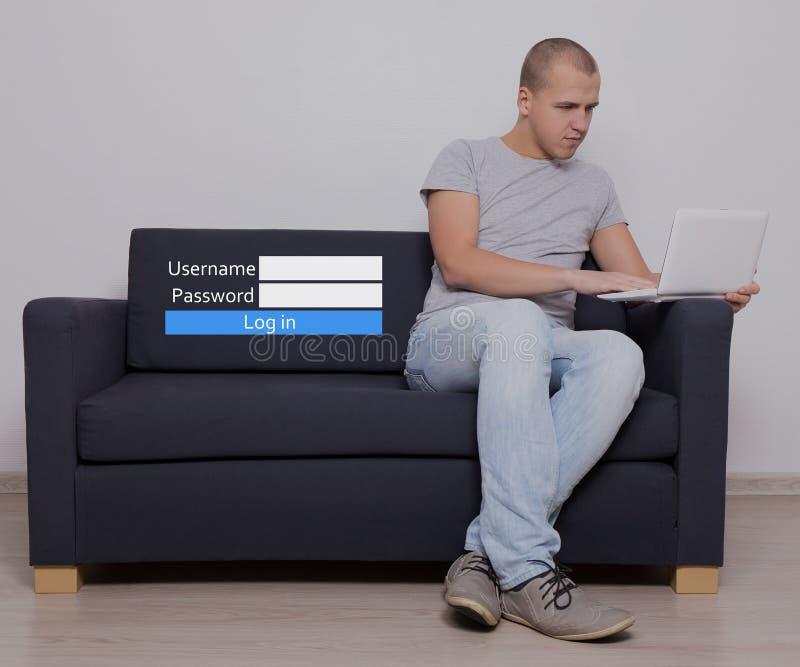 Internetbegrepp - stiligt mansammanträde genom att använda datoren och inloggning arkivfoto