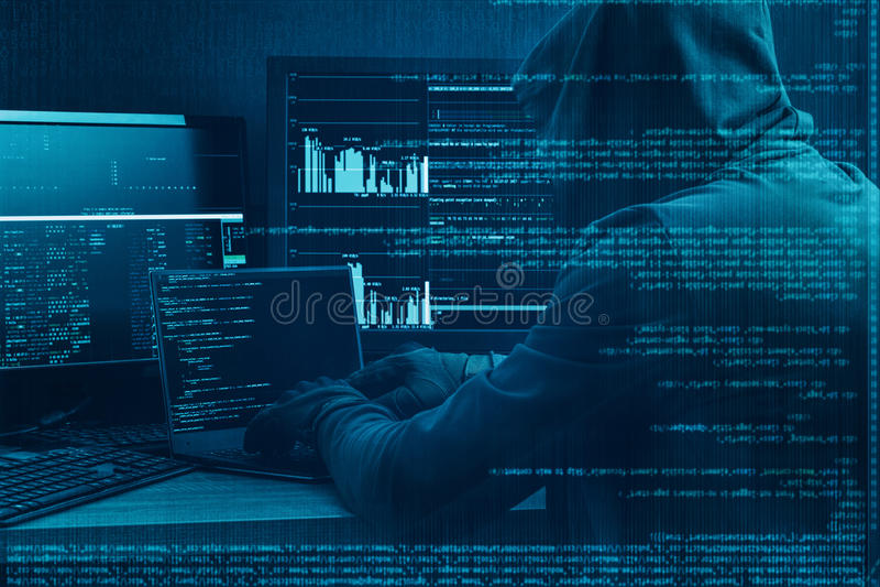 Internetbrottbegrepp En hacker som arbetar på en kod på mörk digital bakgrund med den digitala manöverenheten omkring royaltyfri fotografi