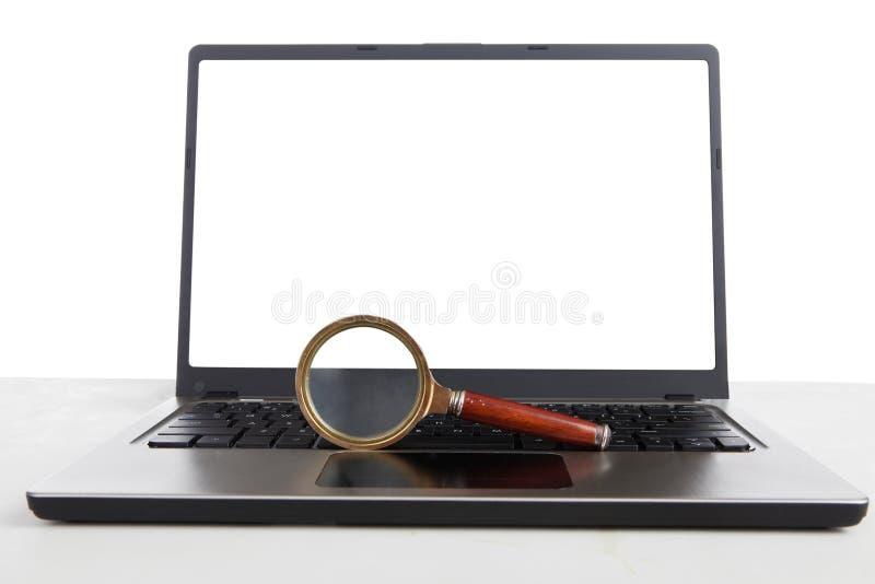 Internetforskningförstoringsglas arkivbild