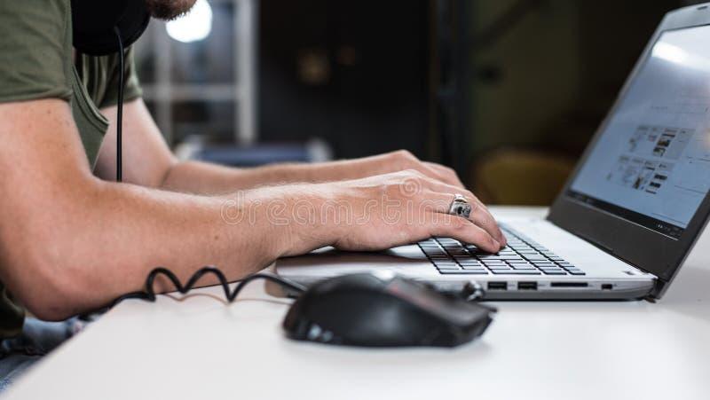 Internetnutzer in der Dunkelheit stockbilder