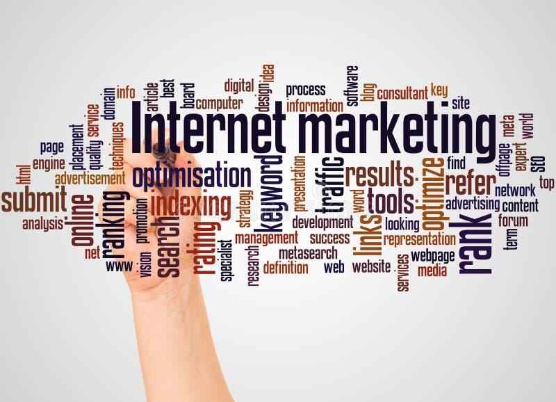 Internetowa marketingu słowa chmura i ręka z markiera pojęciem zdjęcie royalty free
