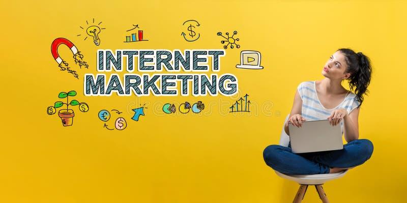 Internetowy marketing z kobietą używa laptop obraz royalty free
