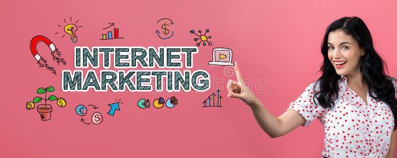 Internetowy marketing z młodą kobietą zdjęcie royalty free