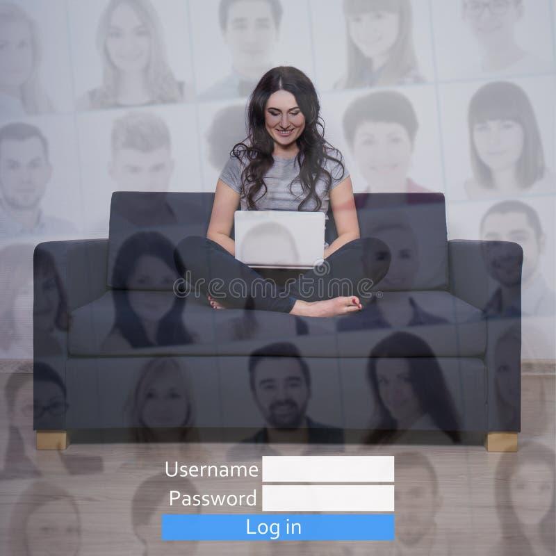 Internetowy pojęcie - kobieta z laptopem w ogólnospołecznej sieci zdjęcia royalty free
