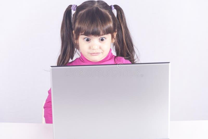 Internetsäkerhet och begrepp för föräldra- kontroll arkivfoto