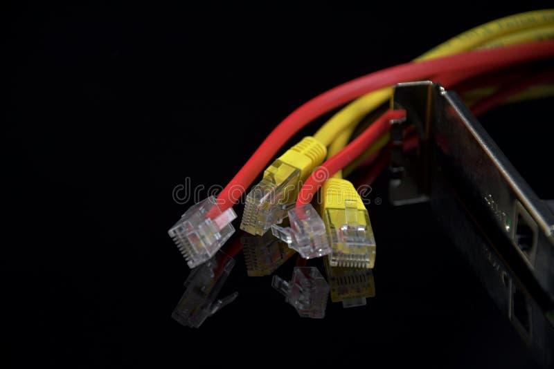 Internettoegang Draden voor Internet-verbinding op een zwarte achtergrond Bezinning in zwart glas Netwerkkaart stock foto
