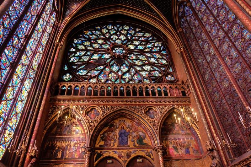 Interni della cappella santa di Sainte-Chapelle Il Sainte-Chapelle è una cappella gotica medievale reale a Parigi fotografia stock libera da diritti