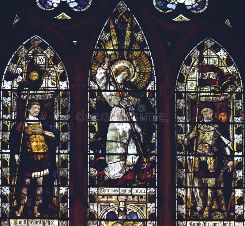 Interni della cattedrale di Lichfield - fine di Nave C del vetro macchiato su fotografie stock
