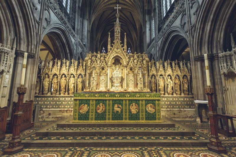 Interni della cattedrale di Lichfield - l'altar maggiore si chiude su fotografia stock libera da diritti