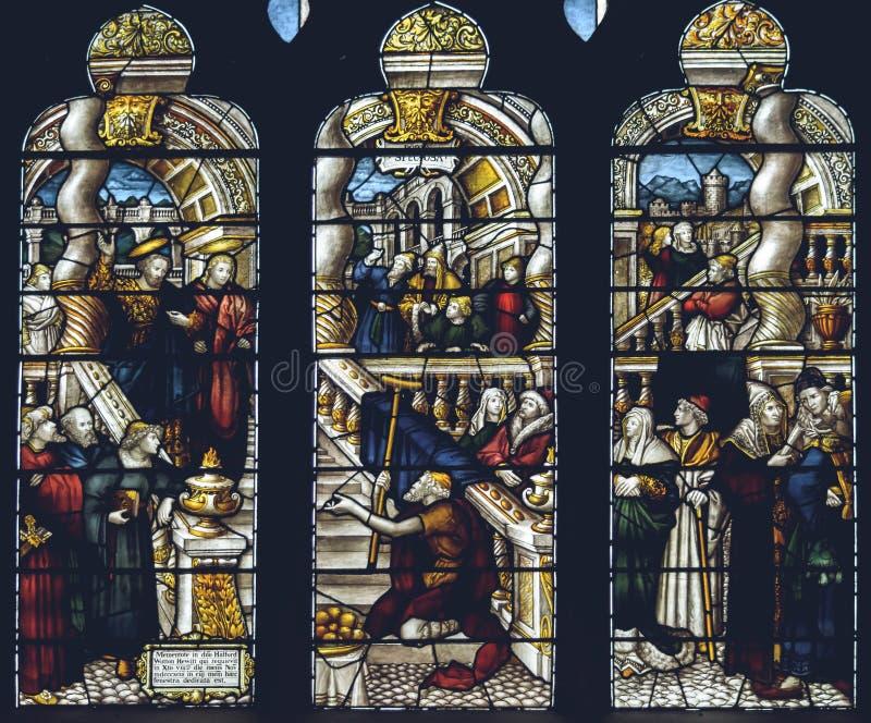 Interni della cattedrale di Lichfield - vetro macchiato Nave L fine su fotografia stock