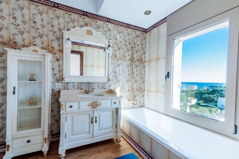 Interni di nuova casa moderna Stanza da bagno Stile dell'annata Il furn fotografie stock libere da diritti