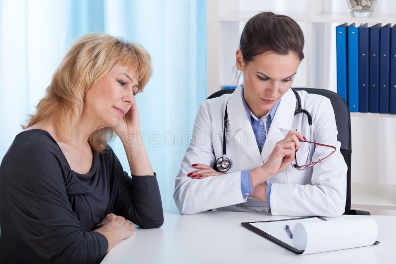Internist som har dåliga nyheter för en patient arkivfoto