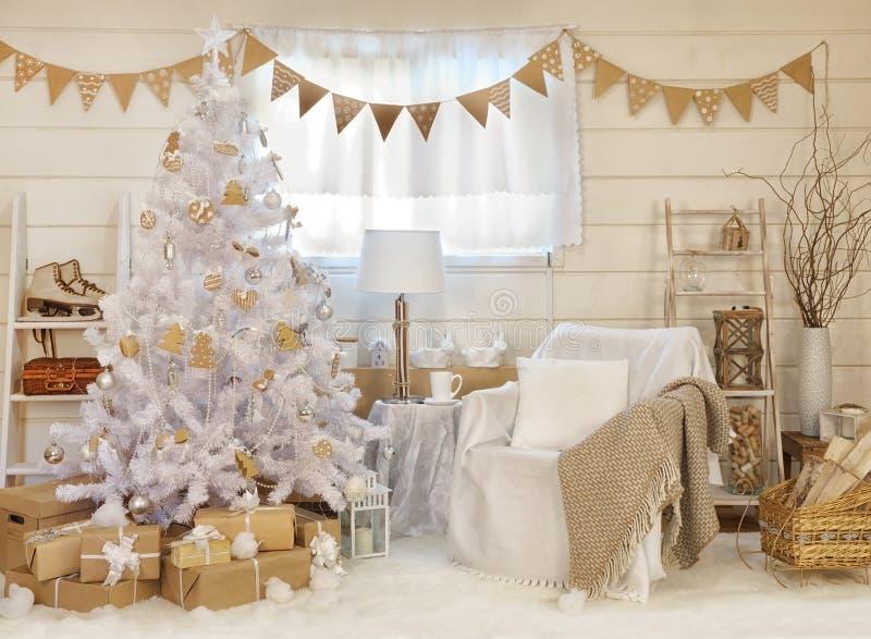 Interno accogliente con l'albero di Natale fotografie stock