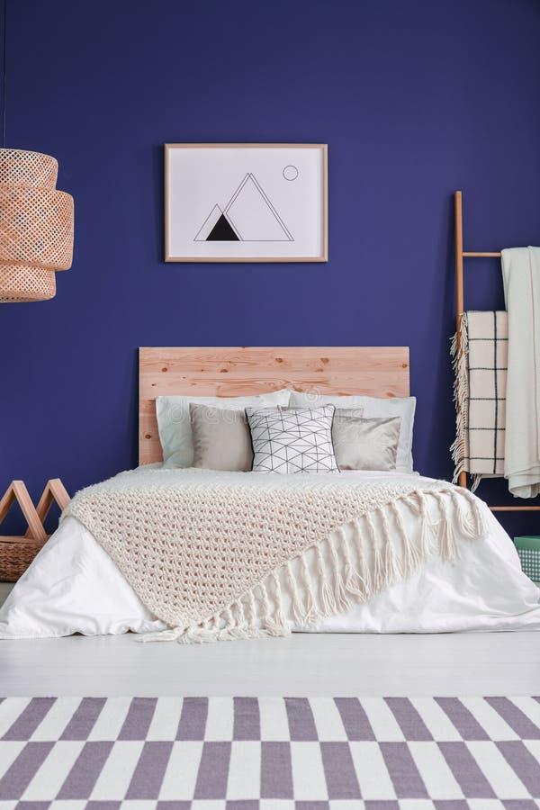 Interno accogliente della camera da letto dei blu navy immagini stock