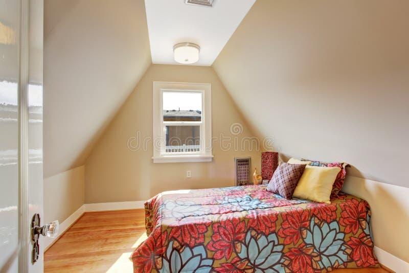 Interno accogliente della camera da letto del velux for Camera da letto del soffitto della cattedrale