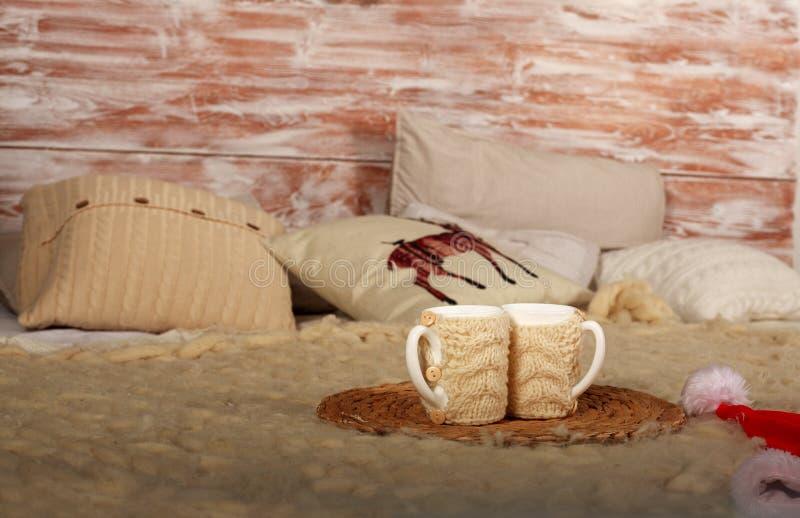 Interno accogliente e caldo domestico della camera da letto di inverno con la tazza di caffè fotografie stock libere da diritti