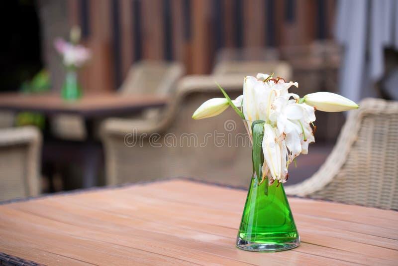 Interno all'aperto del ristorante con le sedie di vimini fotografia stock