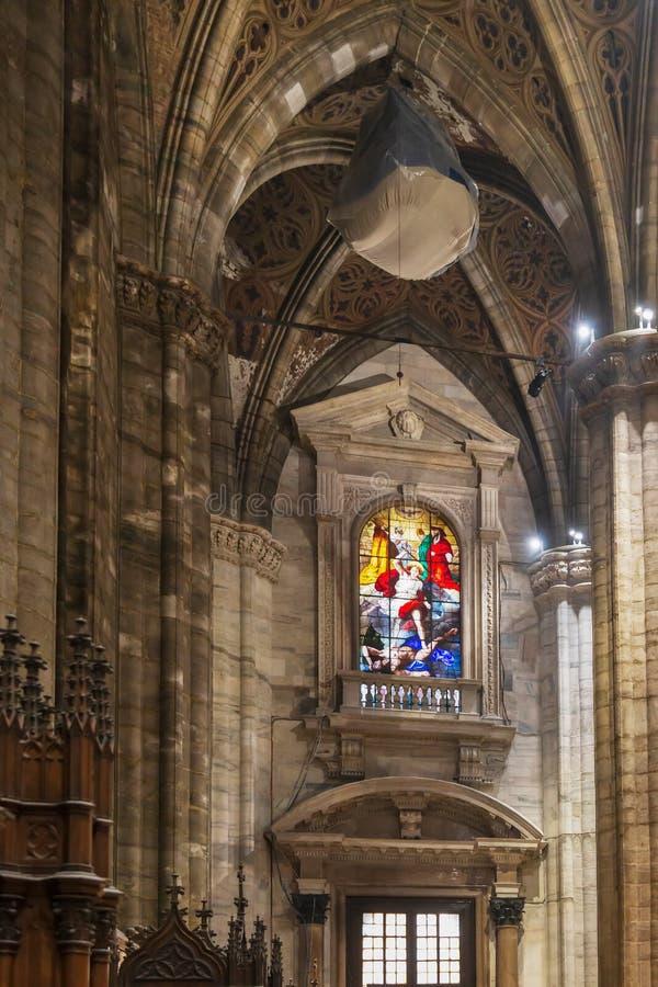 Interno alla cattedrale di Milano fotografia stock libera da diritti