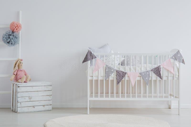 Interno alla moda della stanza del ` s del bambino fotografia stock