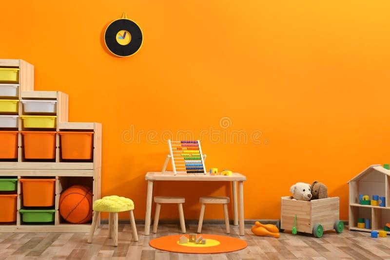 Interno alla moda della stanza del ` s dei bambini con i giocattoli fotografia stock libera da diritti
