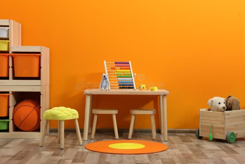 Interno alla moda della stanza del ` s dei bambini con i giocattoli fotografie stock